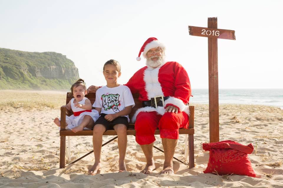 kate-rose-kids-scared-of-Santa-photo-on-beach