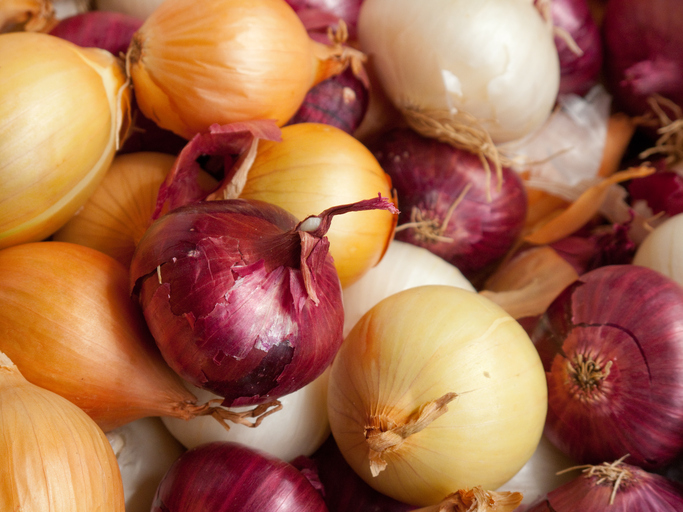 Why Munching Raw Garlic, Leeks & Onions Could Improve Sleep & Stress Levels