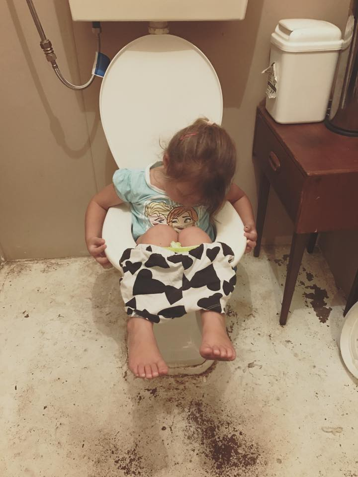 hilarous-places-kids-fall-asleep-on-the-loo